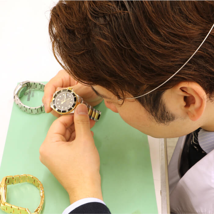 Inspection by engineers in the watch and jewelry department